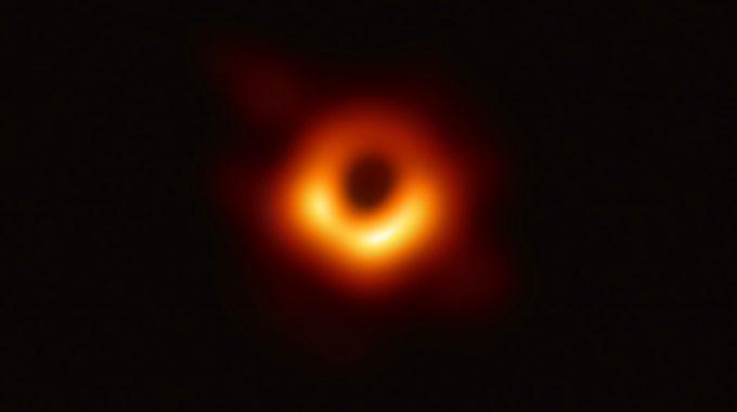 Stel Nou Dat Onze Aarde Zich Al Op De Event Horizon Van Een Zwart Gat Bevindt?